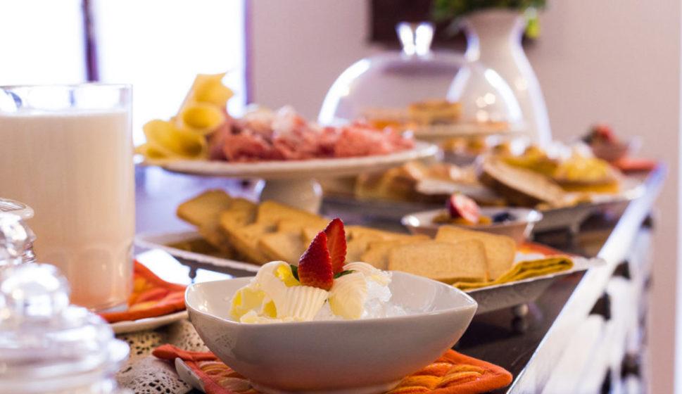 colazione-servizio-vittoria-rooms-sorso-sardegna-header-1024x592